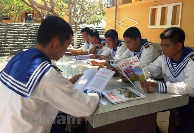 Article 5: Truong Sa garrisons popularise law to fishermen hinh anh 3