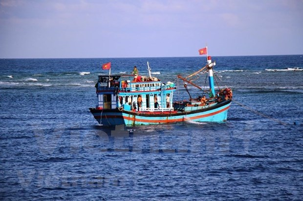 Article 5: Truong Sa garrisons popularise law to fishermen hinh anh 2