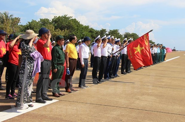 Truong Sa: Intense vitality, warm love between people, soldiers hinh anh 1