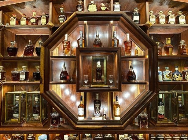 Vietnamese man owns world's most valuable collection of whiskey hinh anh 2