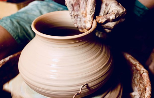 Craftsman works to spread the fame of Bat Trang pottery hinh anh 1