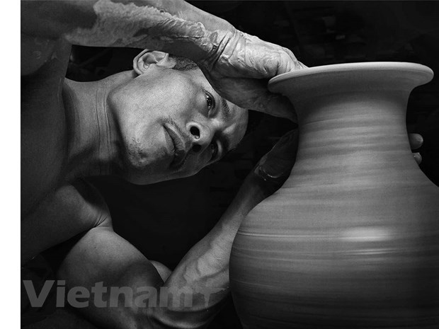Craftsman works to spread the fame of Bat Trang pottery hinh anh 2