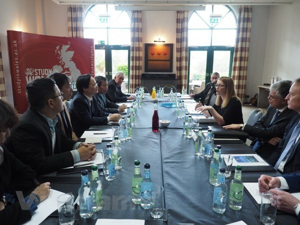 Vietnam, UK enhance educational cooperation hinh anh 2