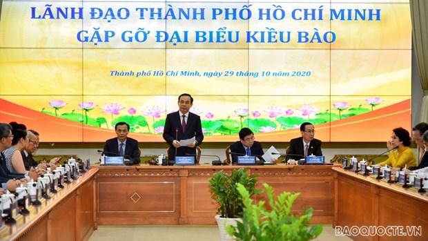 HCM City leaders meet overseas Vietnamese hinh anh 1