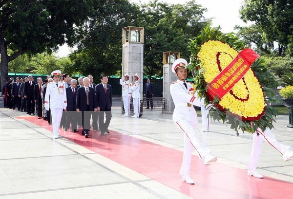 Leaders pay homage to President Ho Chi Minh, heroic martyrs hinh anh 1