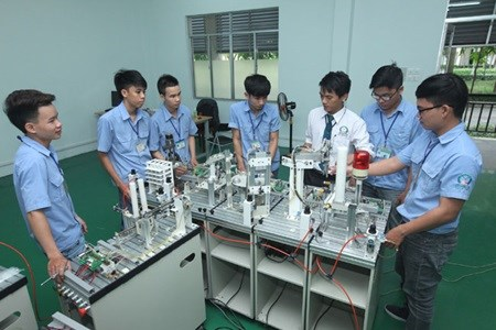 Job students get fees cut by half hinh anh 1