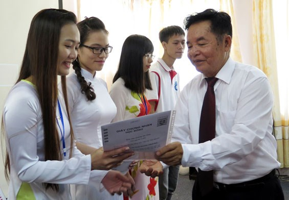 German state grants scholarships to poor students in Thai Nguyen hinh anh 1