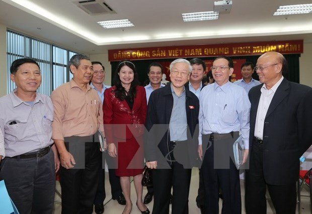 Party chief meets Hanoi constituents ahead of NA meeting hinh anh 1