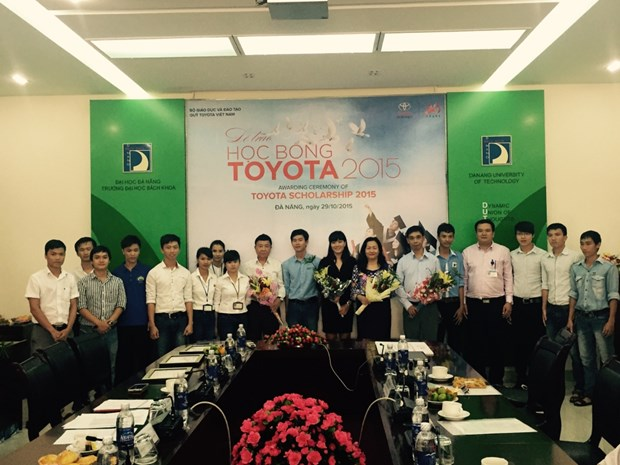 Toyota Vietnam awards scholarships to students hinh anh 1