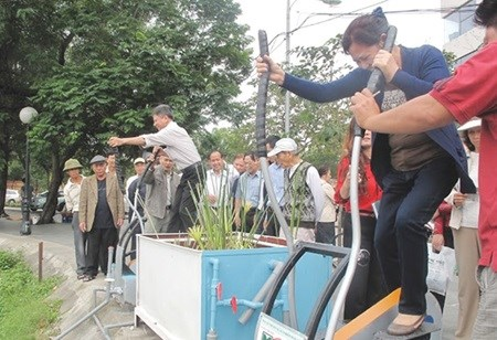 Exercise equipment purifies the water of Hanoi's lakes hinh anh 1
