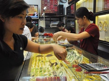 Gold prices fall, Vietnamese dong weakens hinh anh 1