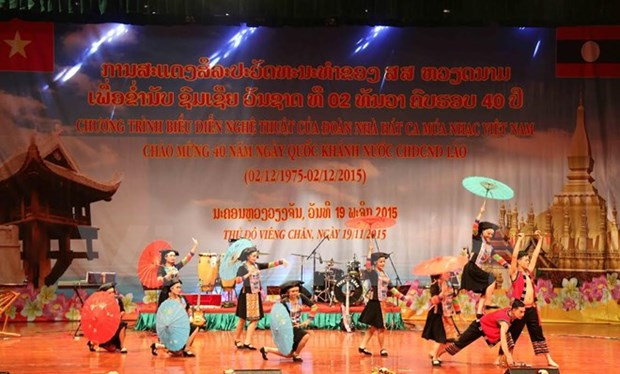 Vietnamese artists perform in Laos ahead of its National Day hinh anh 1