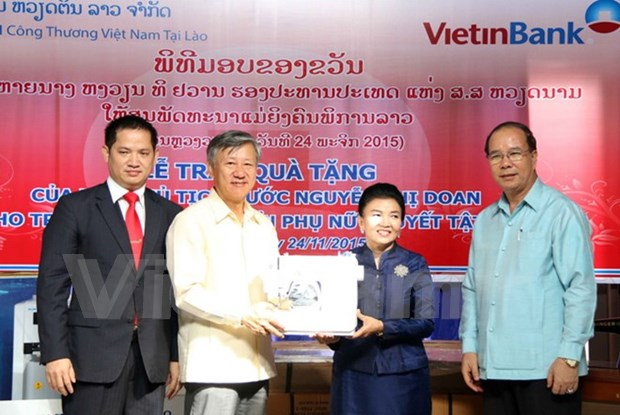 Vice President presents gifts to disabled women in Laos hinh anh 1