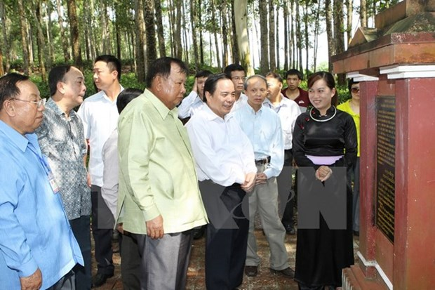 Lao officials visit relic site in Hoa Binh hinh anh 1