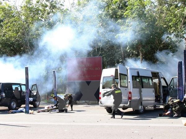 Counter-terrorism maneuver held in Vinh Phuc hinh anh 1