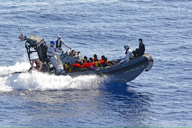 Indonesia's boat sinking leaves four dead, 10 missing hinh anh 1