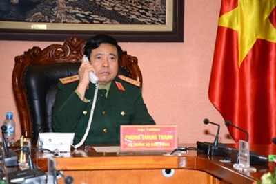 Vietnamese, Chinese defence ministers hold phone talks hinh anh 1