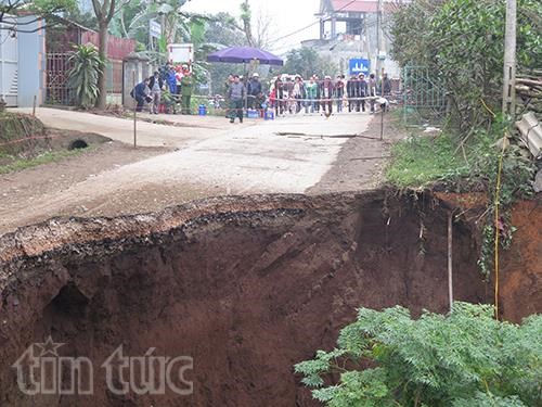 Households evacuated due to sink hole hinh anh 1