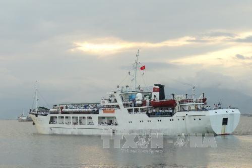 Ships bringing Tet gifts arrive at Truong Sa island district hinh anh 1