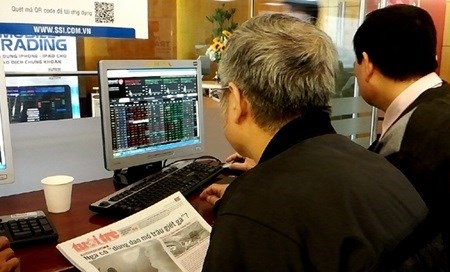 Vietnam shares lower amid oil plunge hinh anh 1