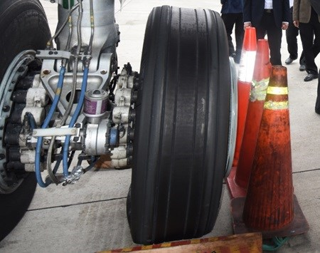 Vietnam Airlines plane lands safely despite flat tire hinh anh 1