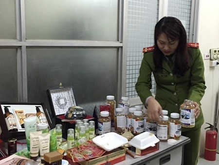 Hanoi police seize dubious cosmetics and health food hinh anh 1