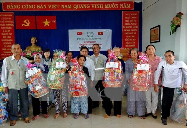 Efforts made to bring warm Tet to the poor hinh anh 1