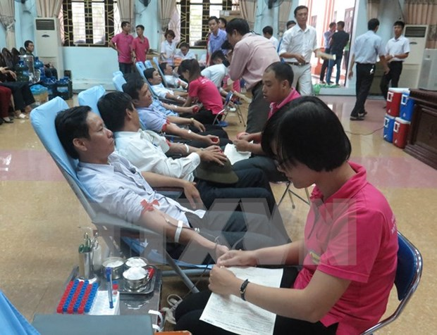 Country donates blood to save lives hinh anh 1