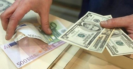Interest reduced on dollar, euro loans hinh anh 1