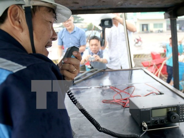 Binh Dinh fishermen equipped with communication devices hinh anh 1