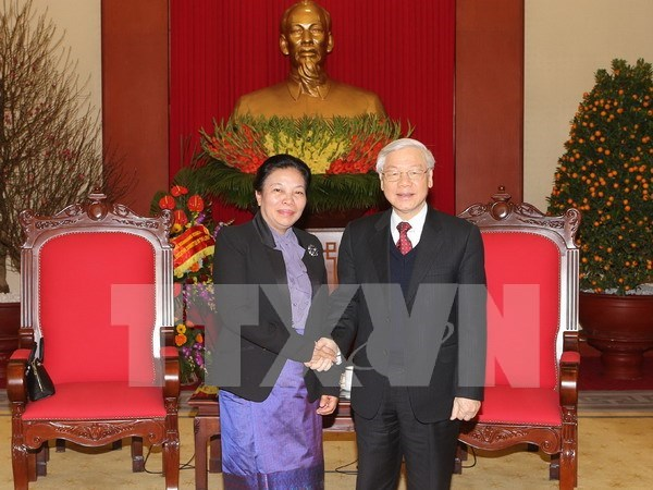 Party chief receives Lao counterpart's congratulations on re-election hinh anh 1
