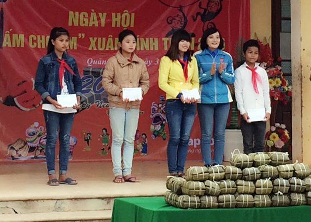 Tet gifts, charitable grants for impoverished people nationwide hinh anh 1