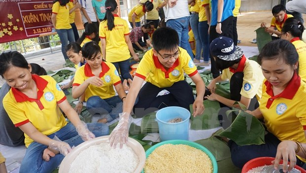 Students bring joy to those less fortunate hinh anh 1