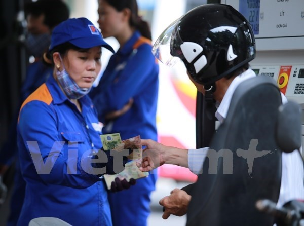 Petrol prices down over 720 VND per litre hinh anh 1