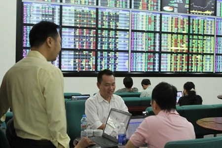 Vietnam's stocks up as financial firms eye Fed hinh anh 1