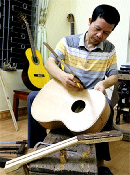Sons keep quality guitar-making alive hinh anh 1