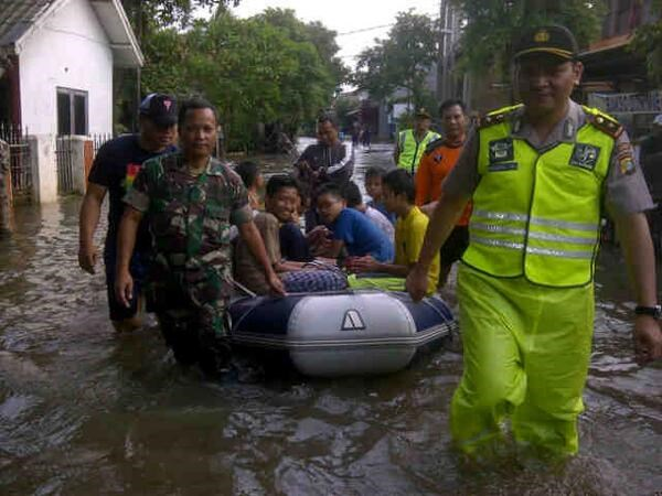 Indonesia: thousands evacuated due to floods, landslides hinh anh 1