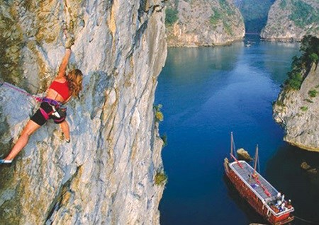 Cat Ba cliffs and rock-climbing enthusiasts, a heavenly match hinh anh 1