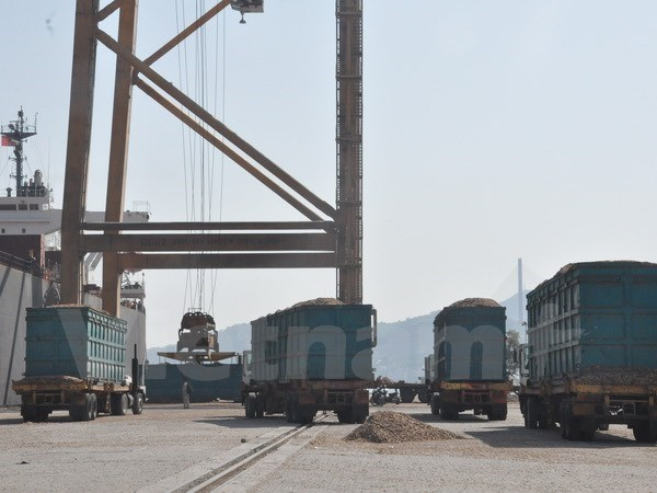 Cam Pha port handles over 33,000 tonnes of coal on first New Year day hinh anh 1