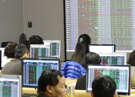 Vietnam's stocks down on volatile oil hinh anh 1