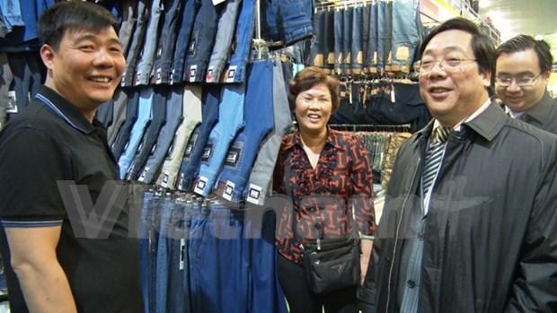 Ambassador visits Vietnamese traders in Russia hinh anh 1