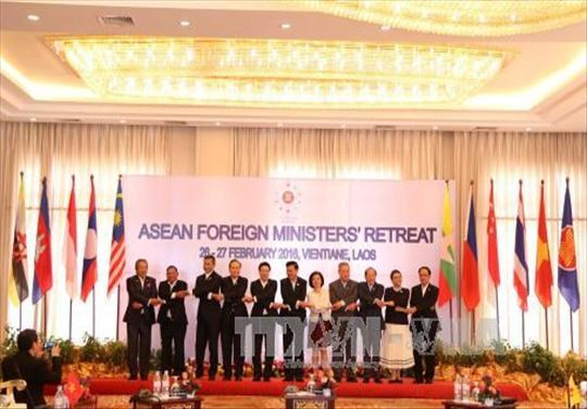 ASEAN Foreign Ministers debate various issues in Laos hinh anh 1
