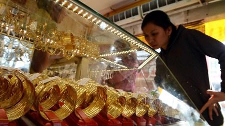 Gap between Vietnam's gold price, global market price narrows hinh anh 1