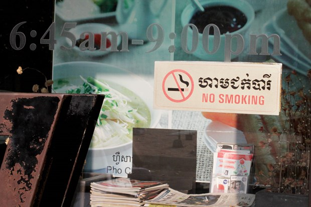 Cambodia bans smoking in public places hinh anh 1