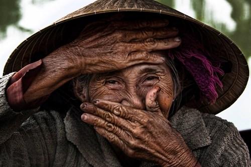 Iconic photo of smiling old Vietnamese woman donated to museum hinh anh 1