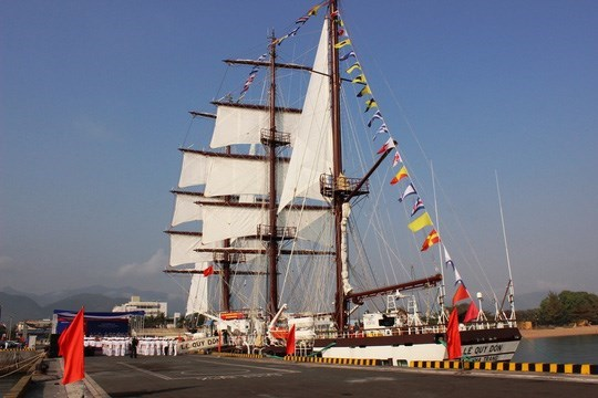 Flag-hoisting ceremony held to debut navy's first sailing ship hinh anh 1