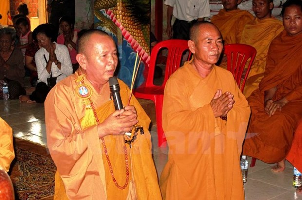 OVs in Cambodia offer incense to martyrs hinh anh 1