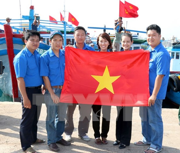 National flags presented to fishermen in Phu Quy island hinh anh 1