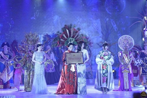 Vietnamese native wins best costume award at Mrs World hinh anh 1
