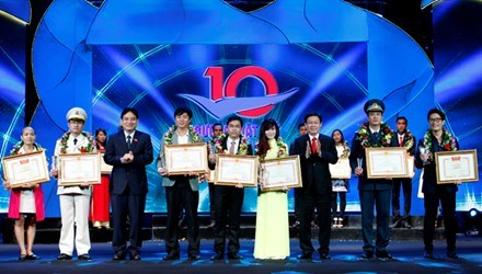 Vietnam's 2015 top 10 outstanding youths unveiled hinh anh 1